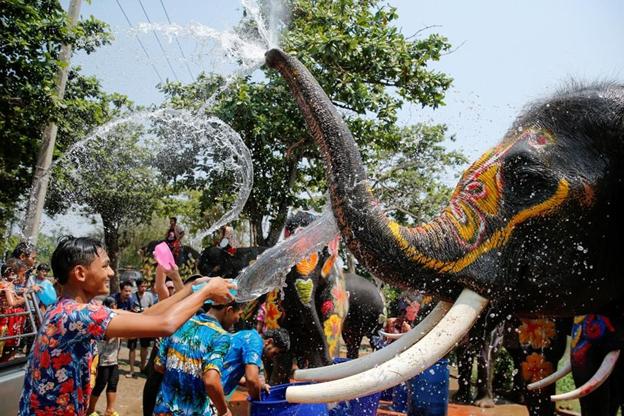 Hình ảnh người dân đổ ra đường tham gia lễ hội Songkran