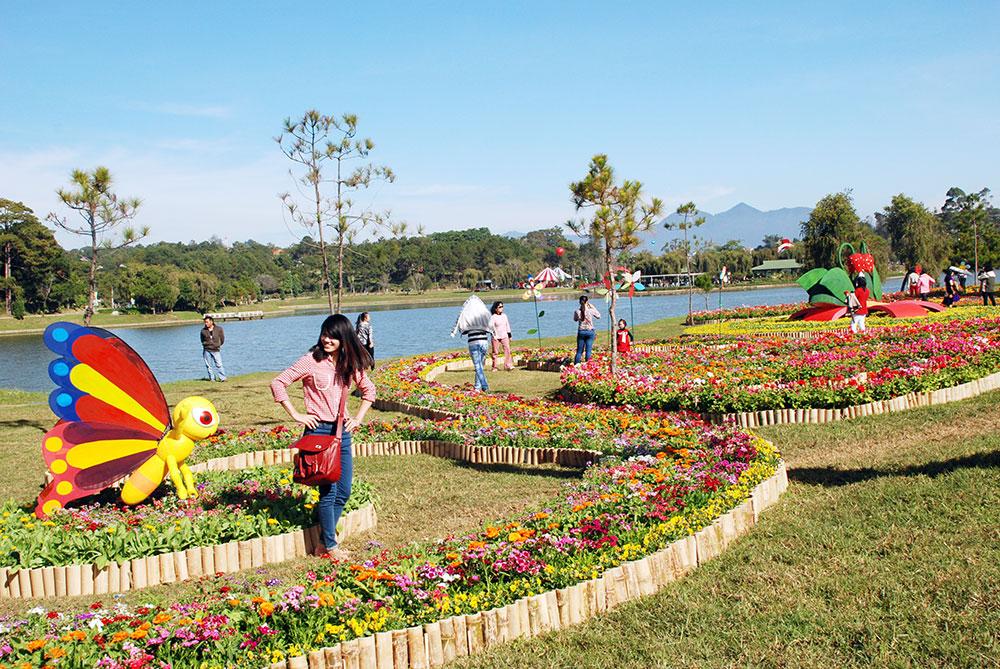 Tiểu cảnh hoa bên Hồ Xuân Hương