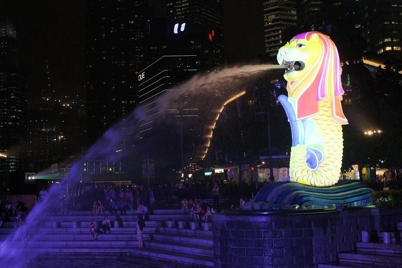Biểu tượng du lịch Merlion đổi màu càng tô điểm thêm bức tranh đêm trung thu thêm phần rực rỡ