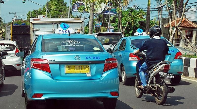 Đi taxi về trung tâm đảo Bali