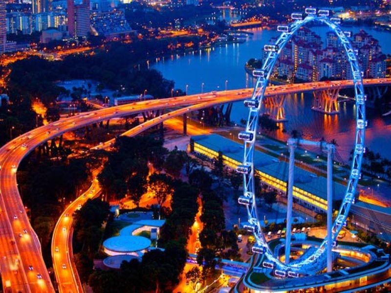 Ngắm nhìn thành phố Singapore vào ban đêm từ cabin Singapore Flyer