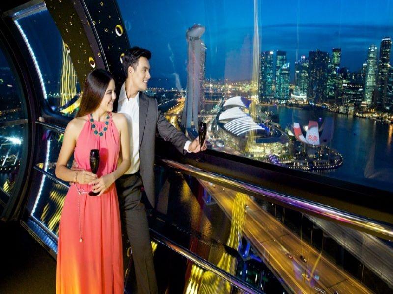 Thưởng thức cocktail trong cabin Singapore Flyer và ngắm nhìn thành phố Singapore về đêm