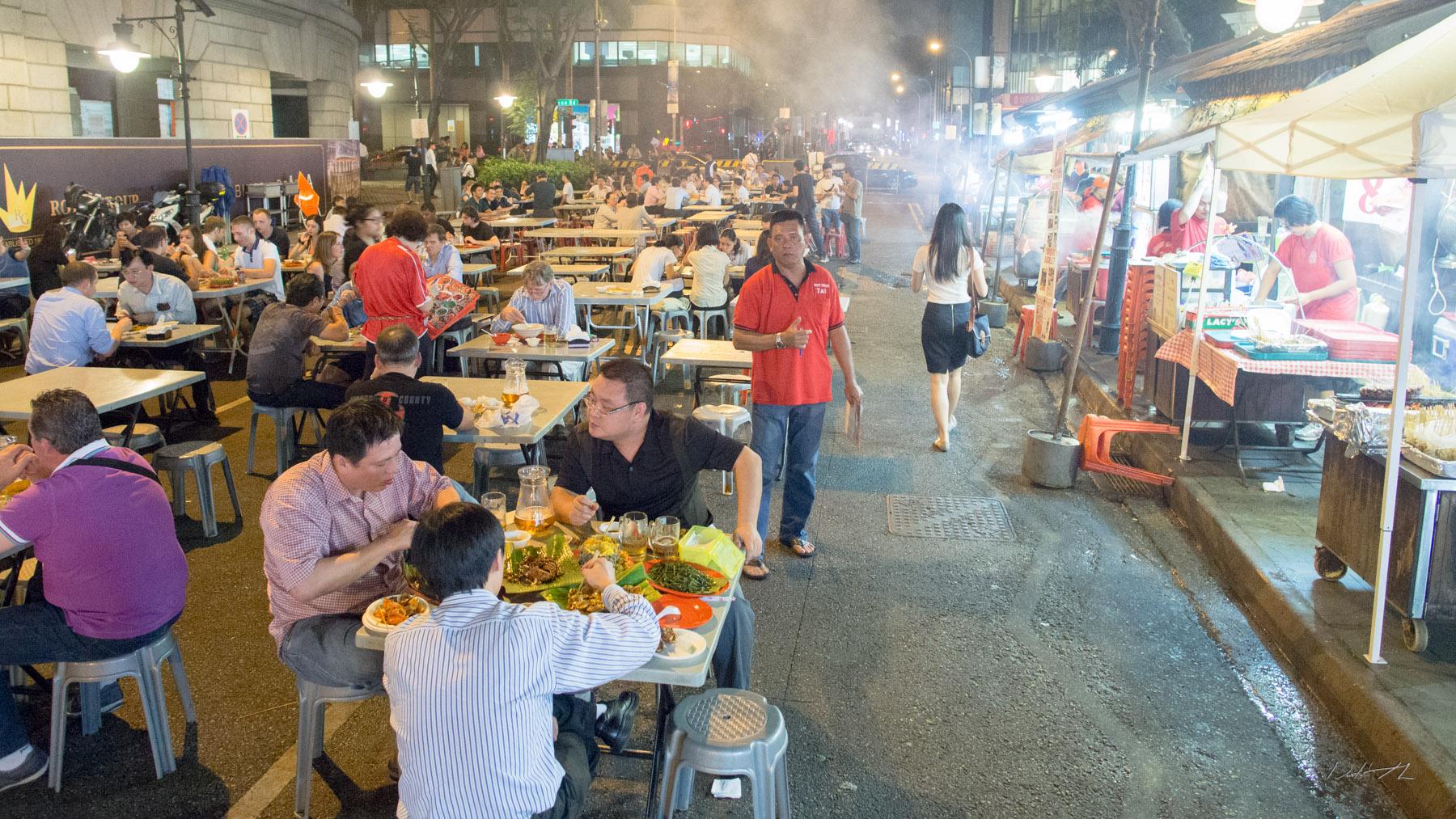 Những gian ẩm thực đường phố về đêm tại Lau Pa Sat