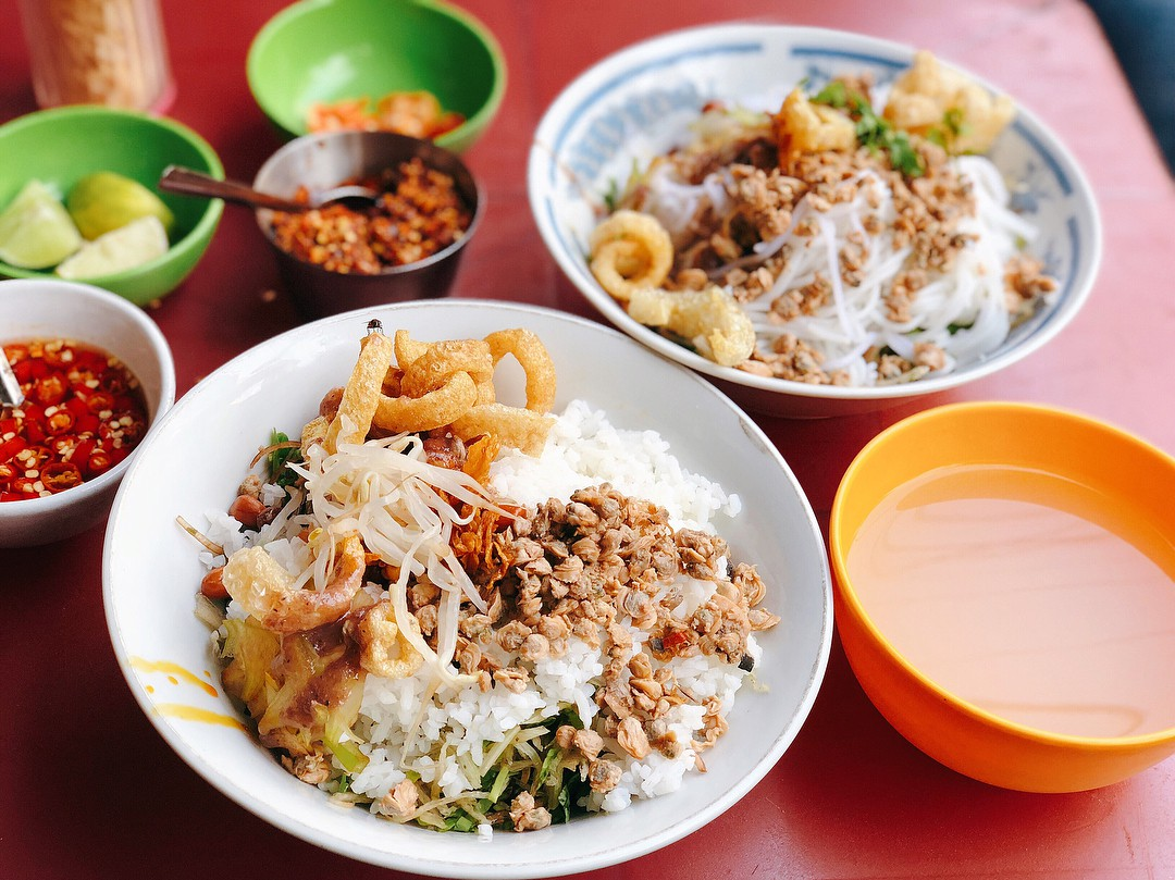 Vô vàn quán ăn vặt ngon ở Sài Gòn tại chợ Xóm Chiếu