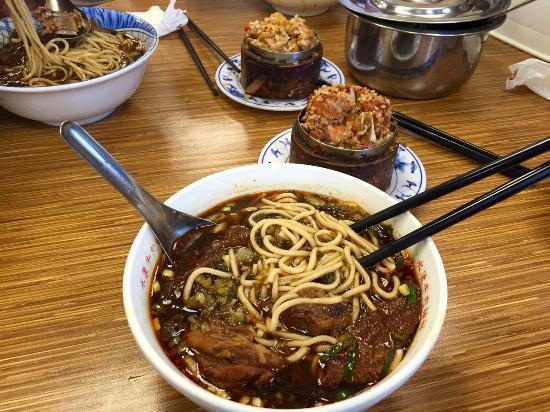 Sợi mỳ tươi và những miếng thịt to bản