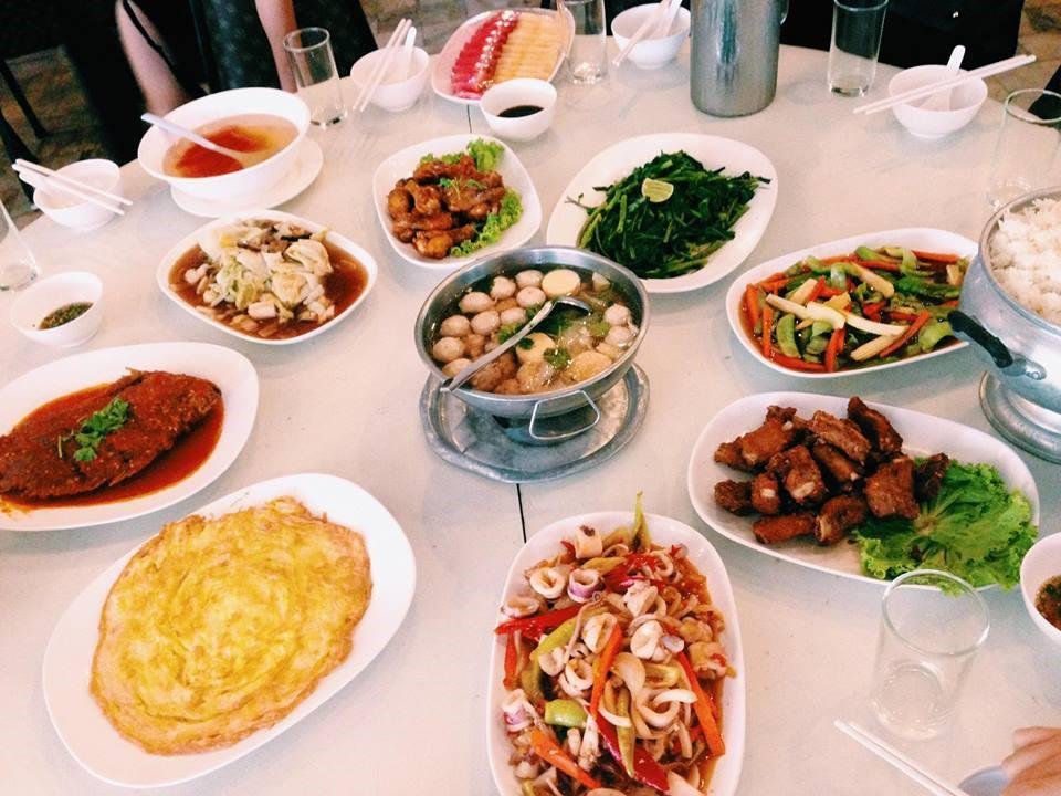 Bữa ăn trưa tại khách sạn Camelot hotel Pattaya