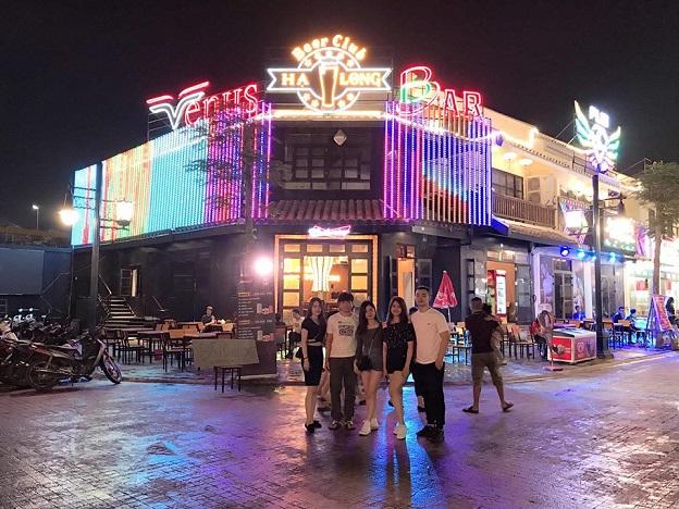 Khu phố cổ bên ngoài công viên Hạ Long.