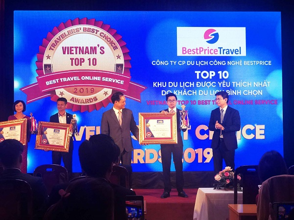 Đại diện Công ty Du lịch BestPrice lên nhận giải thưởng tại Travelers' Best Choice Awards.