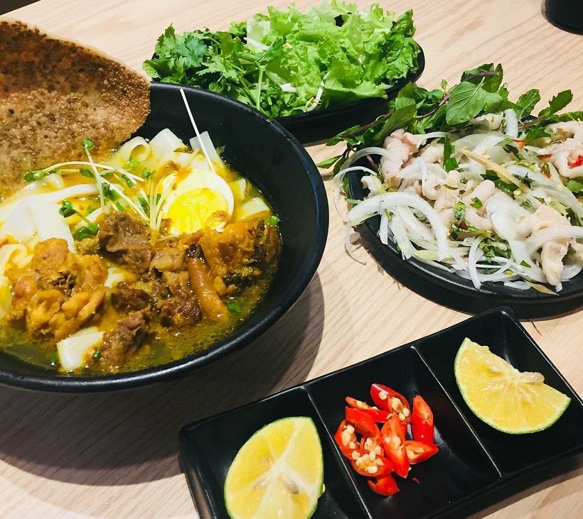 Lựa chọn món ăn bình dân như Mì Quảng để tiết kiệm chi phí đi Đà Nẵng 3 ngày 2 đêm