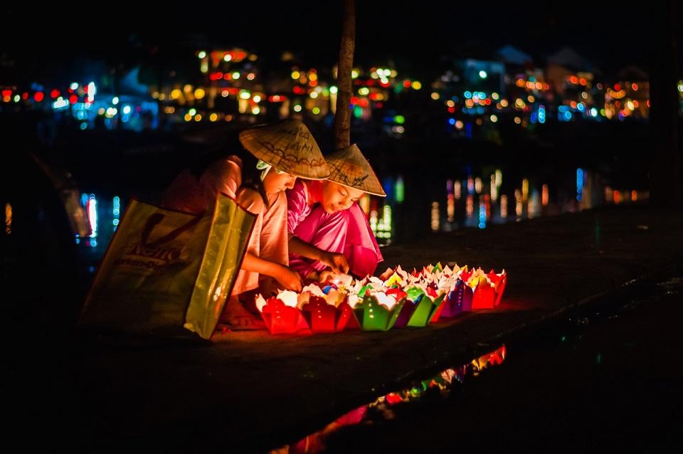 Hoạt động thả đèn hoa đăng ở lễ Vu Lan