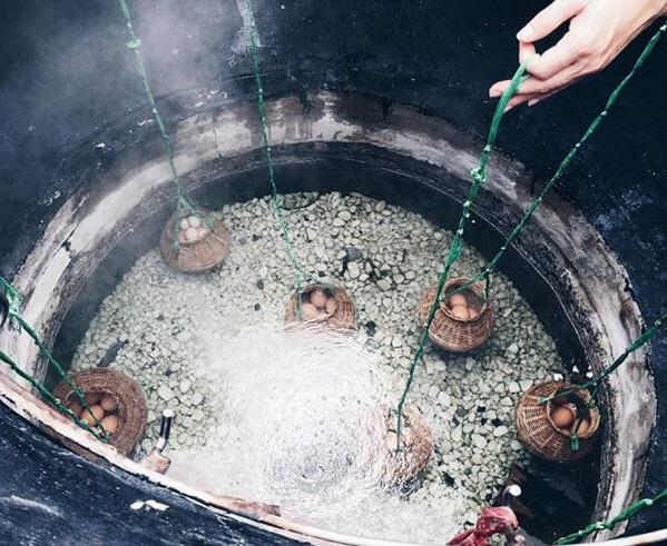 Luộc trứng tại giếng trời là trải nghiệm nên thử khi du lịch suối khoáng nóng Bình Châu
