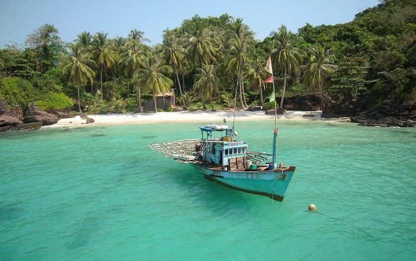 Tàu thuyền đi thăm đảo nhỏ ở Phú Quốc