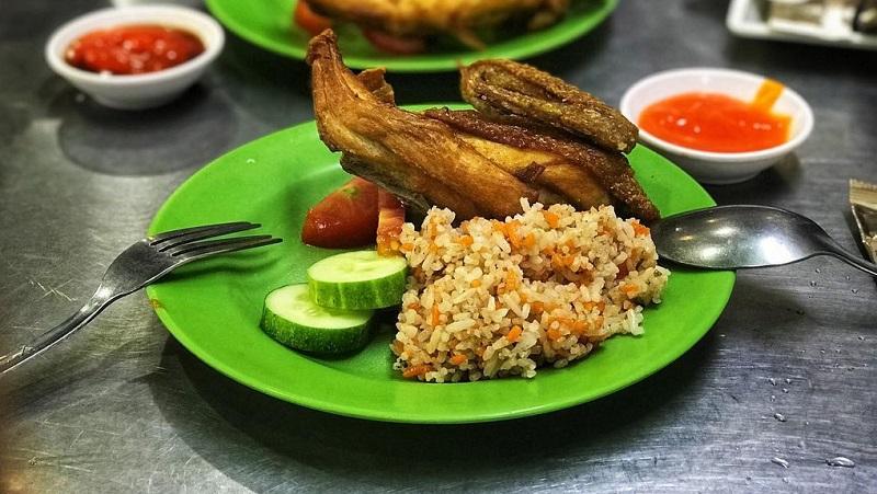Cơm gà xối mỡ Lão Hương Thân - quán ngon Sài Gòn