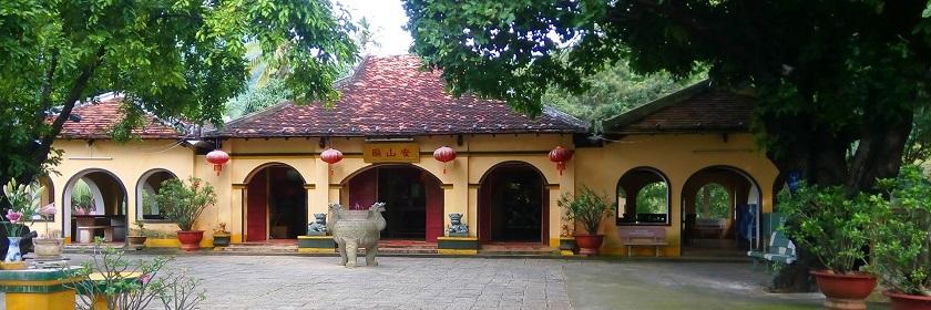 Khung cảnh yên bình tại Miếu bà Phi Yến, Côn Đảo