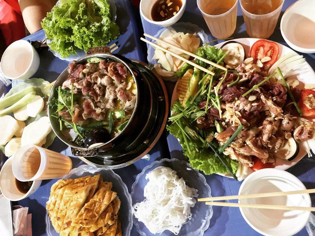 Mrs. Hoa roast beef shop is a delicious sidewalk bar in Hanoi that is loved