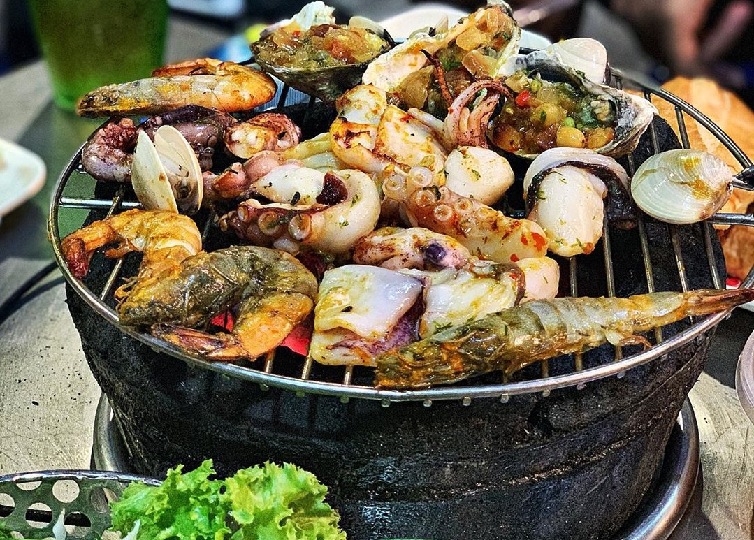 Nhieu grill is a delicious sidewalk bar in Hanoi with affordable prices