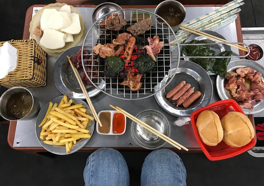 Nearby is a delicious sidewalk bar in Hanoi in Hai Ba Trung district