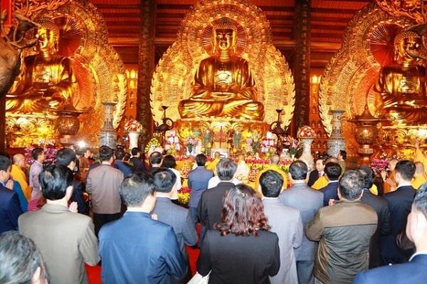 Du khách đến thăm quan và chiêm bái chùa Bái Đính