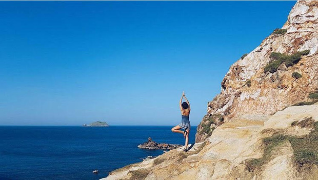Nước biển trong xanh và những khối đá đẹp mắt