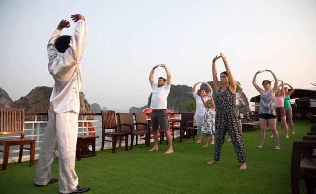Hình ảnh du khách được tập taichi trên du thuyền Paloma