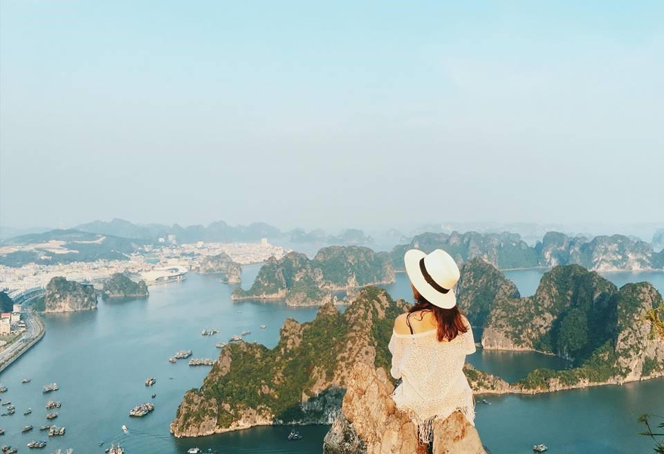 Leo núi Bài Thơ ngắm trọn toàn cảnh Vịnh Hạ Long