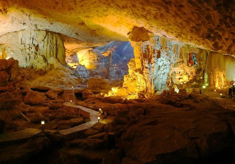 Vịnh Hạ Long nổi tiếng với rất nhiều hang động huyền bí