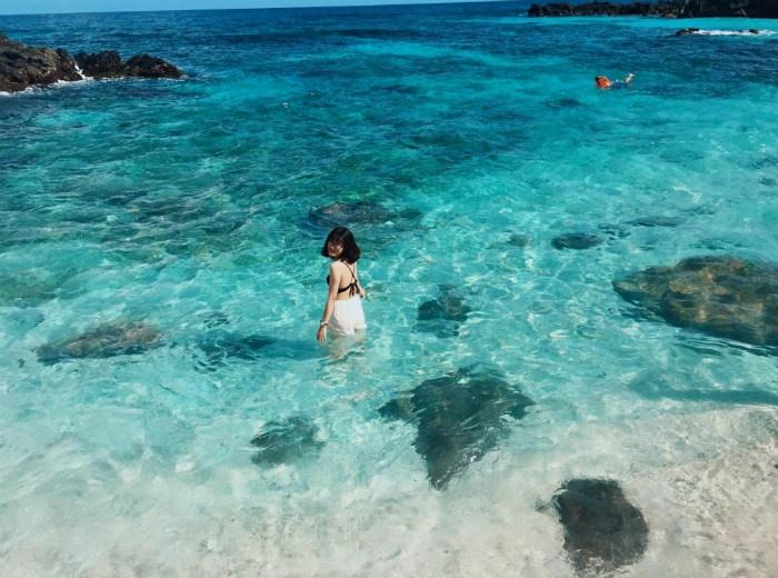 Nước biển trong xanh nhìn xuống tận đáy