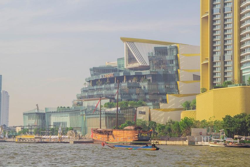 Những công trình kiến trúc dọc hai bên bờ sông