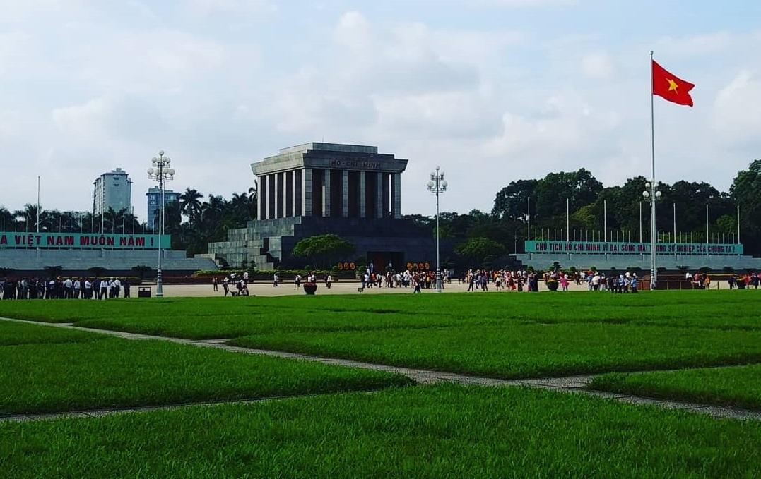 Quảng trường Ba Đình và Lăng Bác là địa điểm vui chơi cuối tuần ở Hà Nội được yêu thích