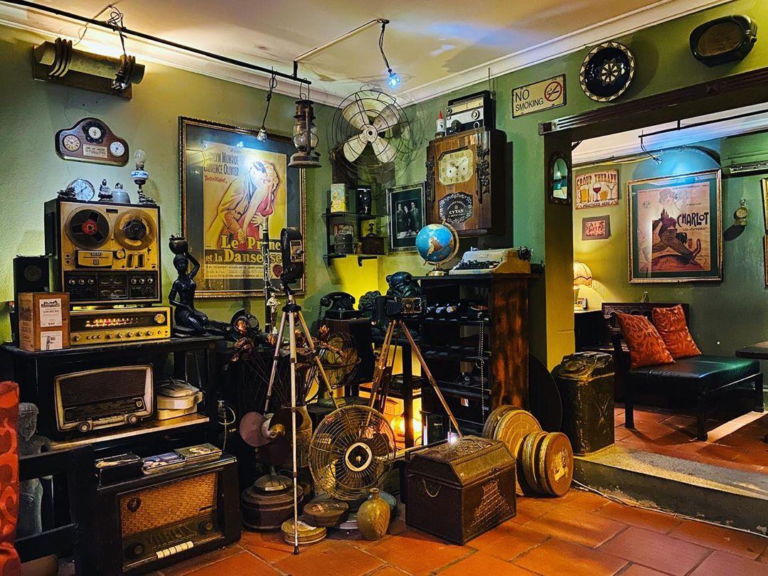 Carambola Cafe là nơi không chỉ để kinh doanh mà còn trưng bày rất nhiều đồ cổ