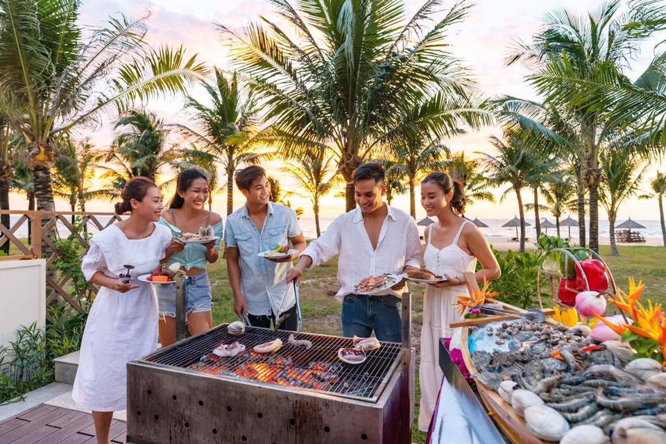 Trải nghiệm buffet BBQ tại sân vườn villa