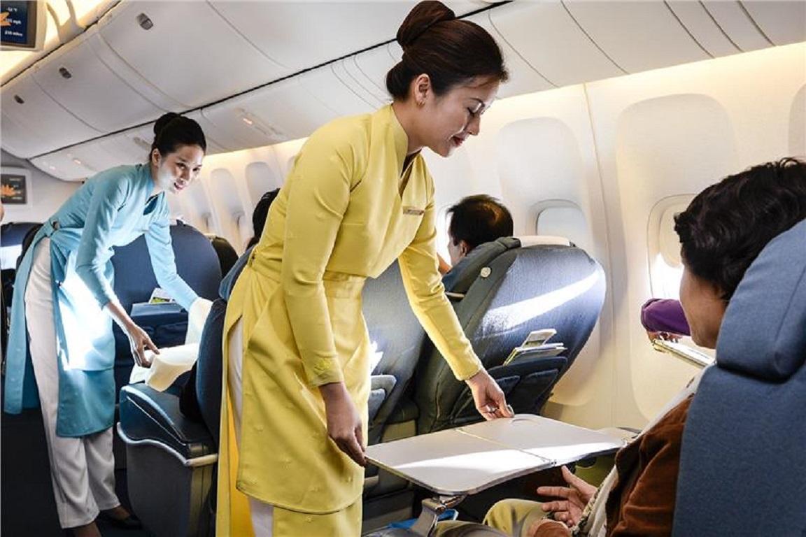 Tiếp viên trên hành trình bay của hãng hàng không Vietnam Airlines