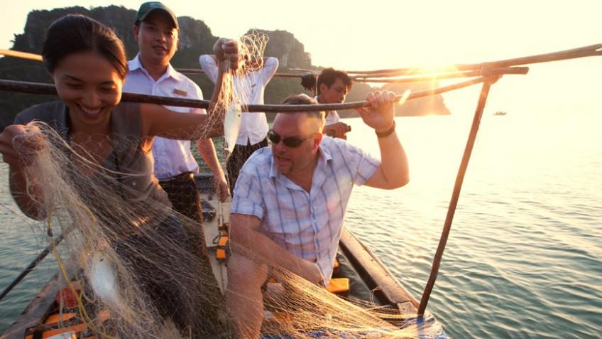 Câu cá trên vịnh Hạ Long