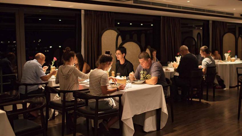 Thưởng thức bữa tối trên du thuyền