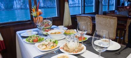 Bữa ăn trên du thuyền Swan