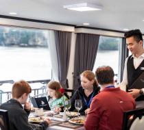 Khách hàng dùng bữa trên du thuyền