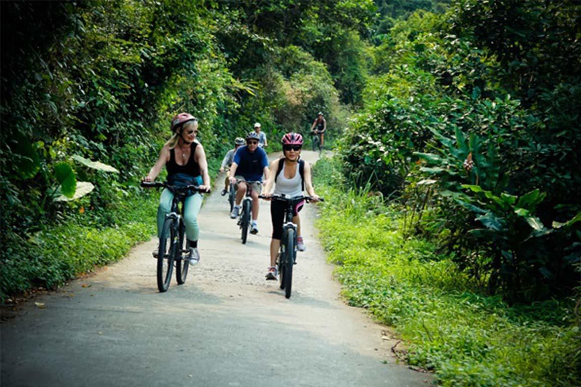Đi xe đạp khám phá làng Việt Hải