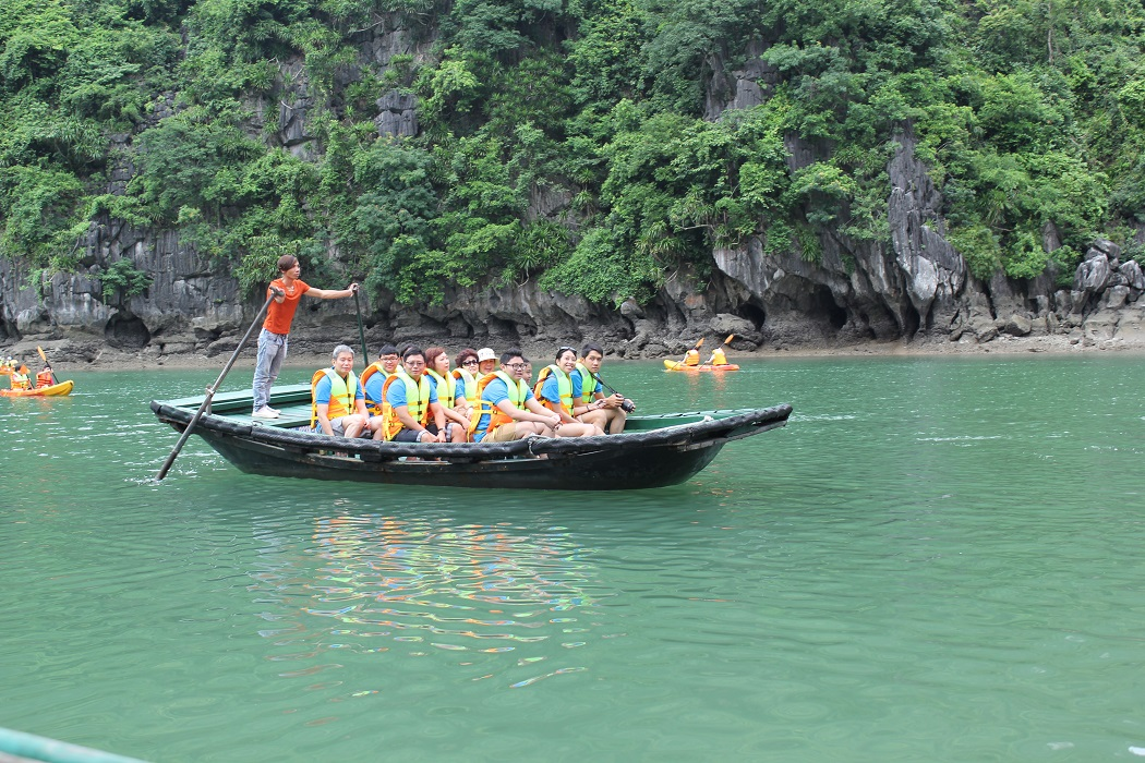 Du khách đi tham quan bằng thuyền tre
