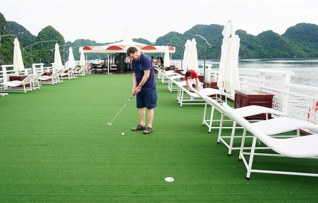 Khách hàng chơi Golf