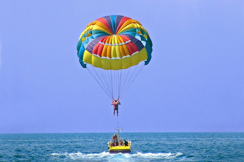 Vui chơi tại biển Mỹ Khê