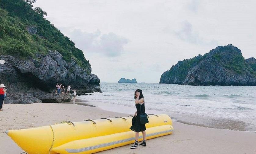 Thuyền chuối tại bãi tắm Cát Cò 3 (Cát Bà)