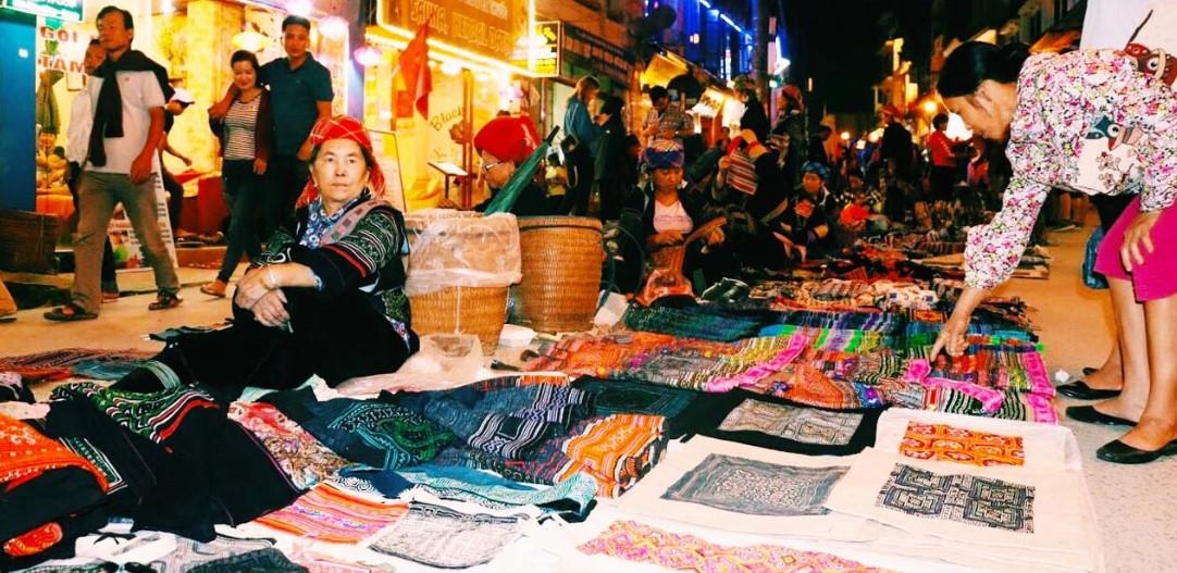 Mua hàng tại chợ tình Sapa