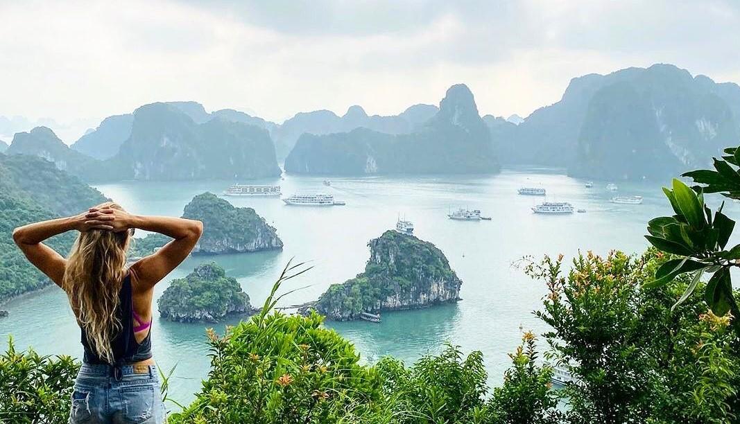 Ngắm nhìn Vịnh Hạ Long từ đảo Ti Tốp