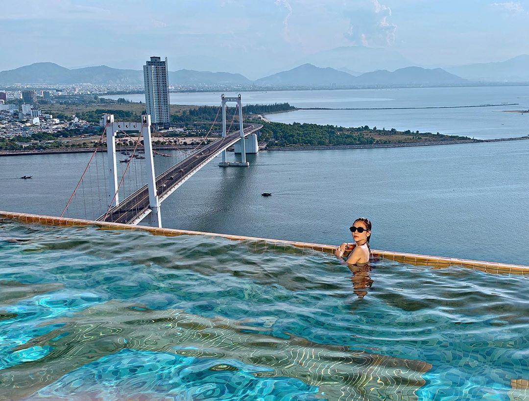 Chiêm ngưỡng thành phố Đà Nẵng từ bể bơi khách sạn Danang Golden Bay
