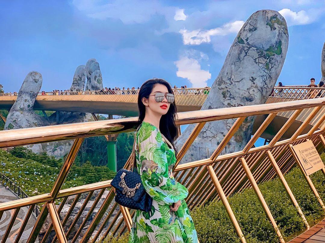 Chụp hình trên Cầu Vàng - Bà Nà Hills (Đà Nẵng)