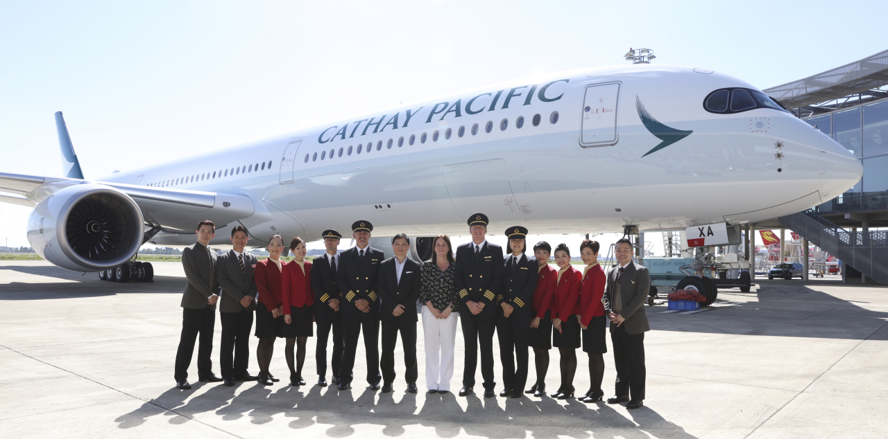 Tiếp viên của Cathay Pacific chụp trong máy bay