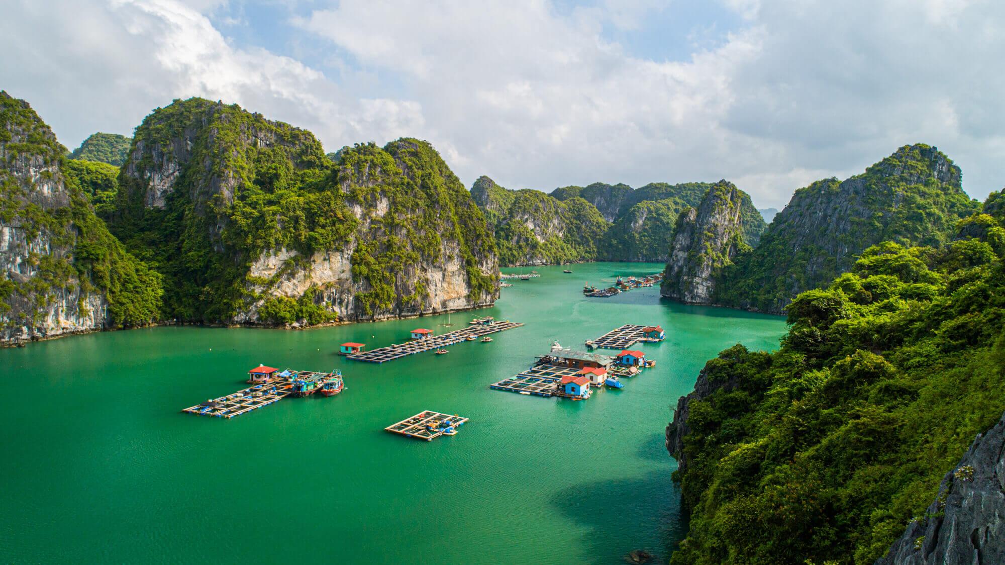 Book vé máy bay tháng 4 đi Hà Nội để tới thăm Vịnh Hạ Long