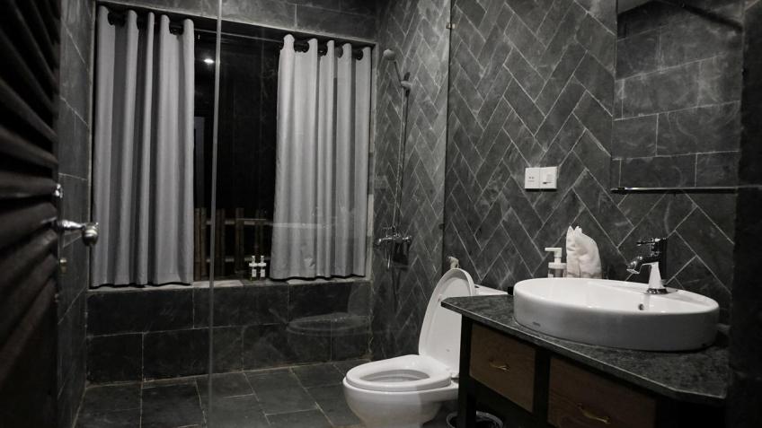 Phòng tắm Bakhan Village Resort Hòa Bình