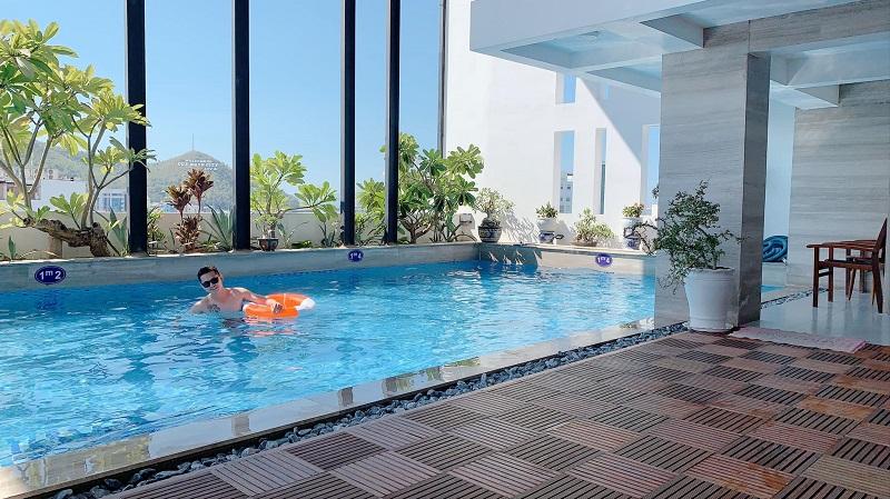 Bể bơi tại khách sạn Mento Hotel Quy Nhơn