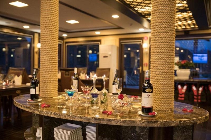 Quầy bar trên Du thuyền Azalea